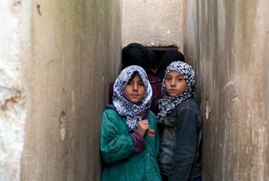 Kinderen in het door oorlog getroffen Aleppo in Syrië