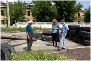 VLNR: Anatolyi, Oleks (OCHA) en ik in gesprek n Donetsk (c) Dirk-Jan Visser